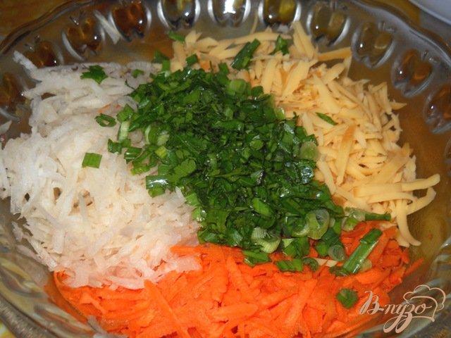 Фото приготовление рецепта: Салат из редьки с морковью и сыром шаг №5