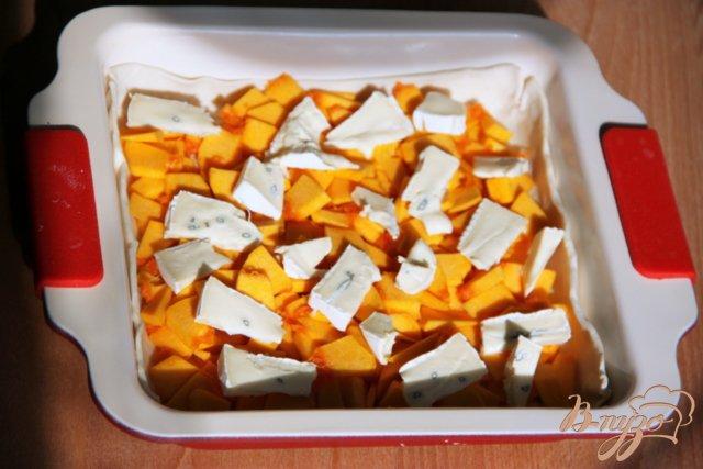 Фото приготовление рецепта: Быстрый пирог с тыквой и голубым сыром шаг №2
