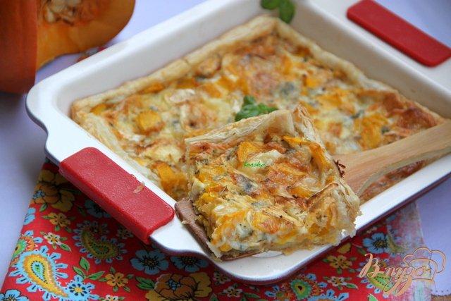 Фото приготовление рецепта: Быстрый пирог с тыквой и голубым сыром шаг №5
