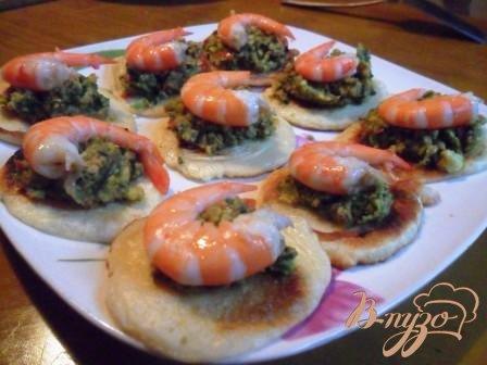 фото рецепта: Оладьи с пастой из авокадо и креветками