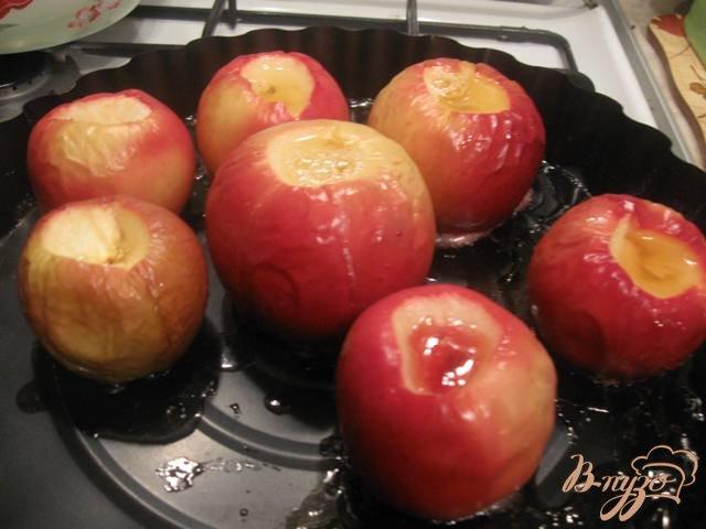 Фото приготовление рецепта: Яблоки запеченные с медом шаг №3