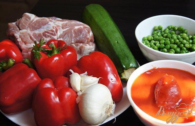 Фото приготовление рецепта: Перцы фаршированные свининой, кабачком и зеленым горошком шаг №1