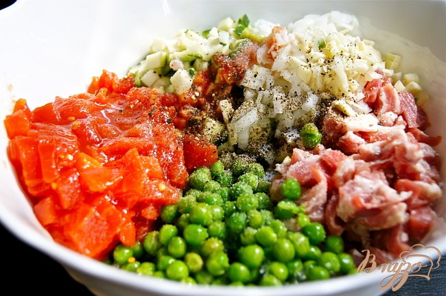 Фото приготовление рецепта: Перцы фаршированные свининой, кабачком и зеленым горошком шаг №2