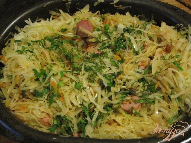 Фото приготовление рецепта: Капуста тушеная с сосисками шаг №6