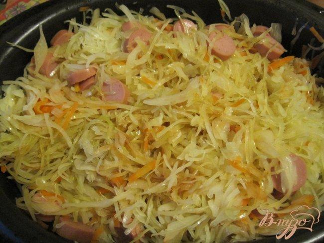Фото приготовление рецепта: Капуста тушеная с сосисками шаг №5