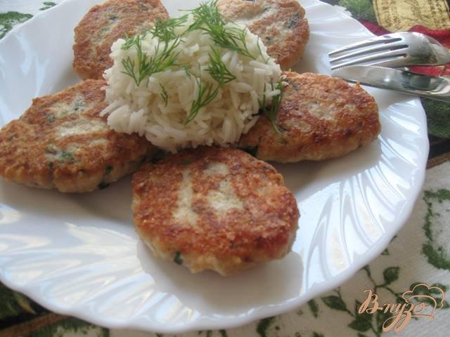 Фото приготовление рецепта: Котлеты рыбные с отварным яйцом и сыром