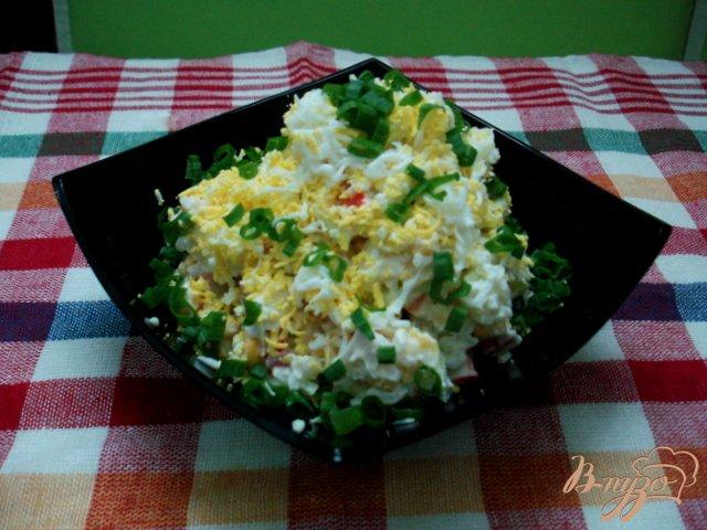 Фото приготовление рецепта: Салат из крабовых палочек с рисом и огурцом шаг №6