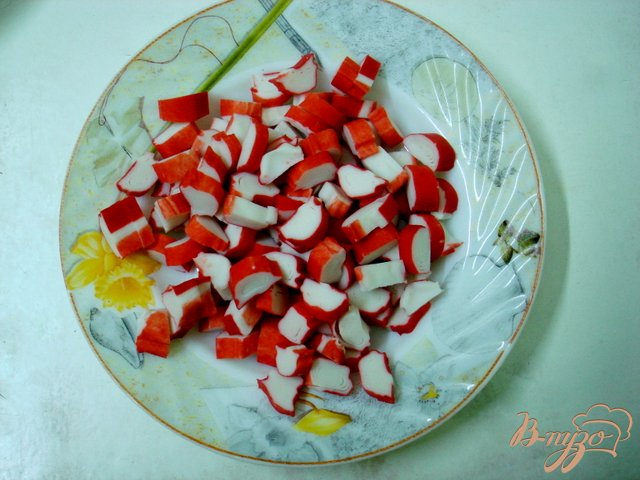 Фото приготовление рецепта: Салат из крабовых палочек с рисом и огурцом шаг №3
