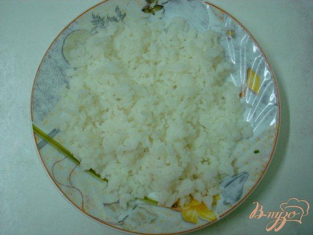 Фото приготовление рецепта: Салат из крабовых палочек с рисом и огурцом шаг №2
