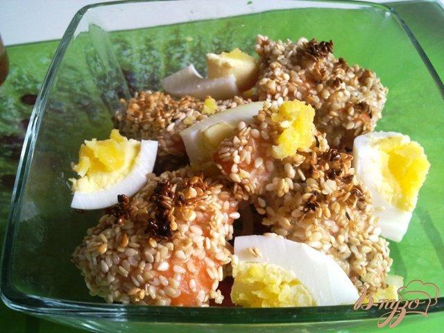 Фото приготовление рецепта: Теплый салат с лососем шаг №9