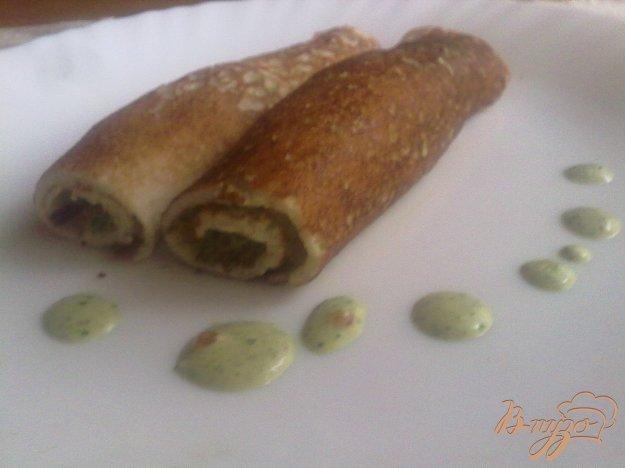 Рецепт Ржаные блинчики с соусом из зелёного лука, кинзы, сметаны и красной икры