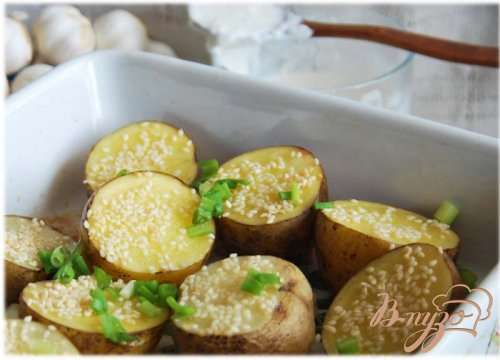 Картофель, запеченный с чесноком и кунжутом, со сметанным соусом