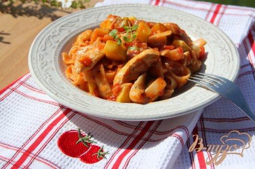 Лапша с курицей и цукини в томатном соусе
