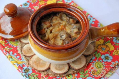 Горшочки с отварной курицей, грибами и овощами