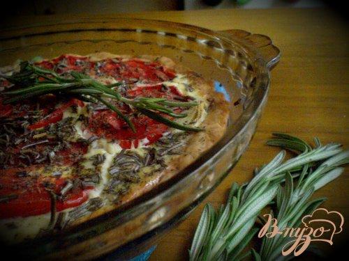 Открытый пирог с томатами, козьим сыром и шалфеем