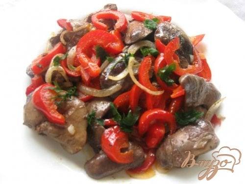 Теплый салат с куриной печенью и болгарским перцем