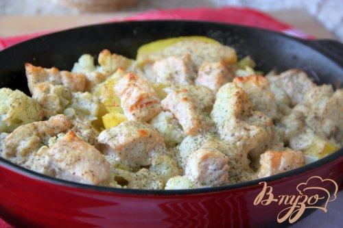 Запеканка из картофеля, цветной капусты и лосося под сметанно-горчичным соусом