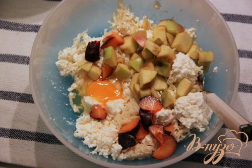 Творожно-вермишелевые зразы с яблоком и сливами