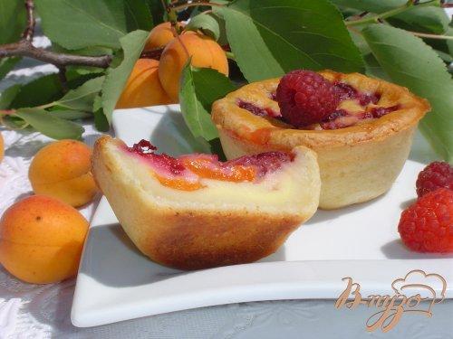 Творожные заливные корзиночки с абрикосами и малиной