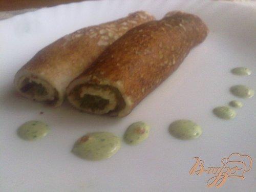 Ржаные блинчики с соусом из зелёного лука, кинзы, сметаны и красной икры