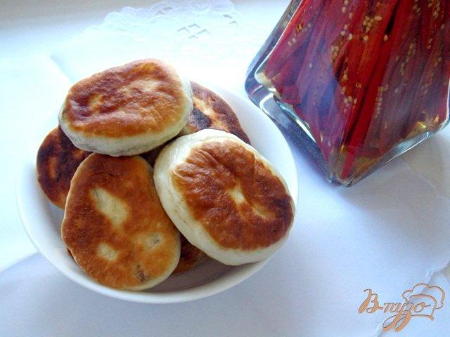 Фото приготовление рецепта: Пирожки с куриной печенью и болгарским перцем шаг №7