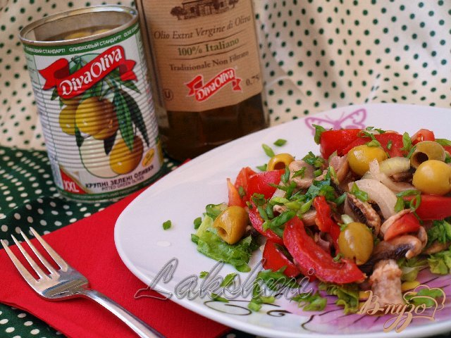 Фото приготовление рецепта: Салат из помидоров и свежих шампиньонов шаг №5