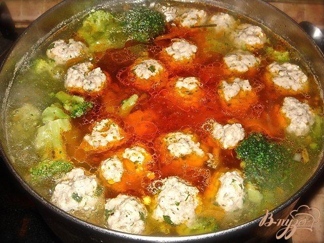 Фото приготовление рецепта: Суп с фрикадельками и брокколи шаг №6