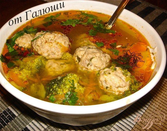 Фото приготовление рецепта: Суп с фрикадельками и брокколи шаг №7