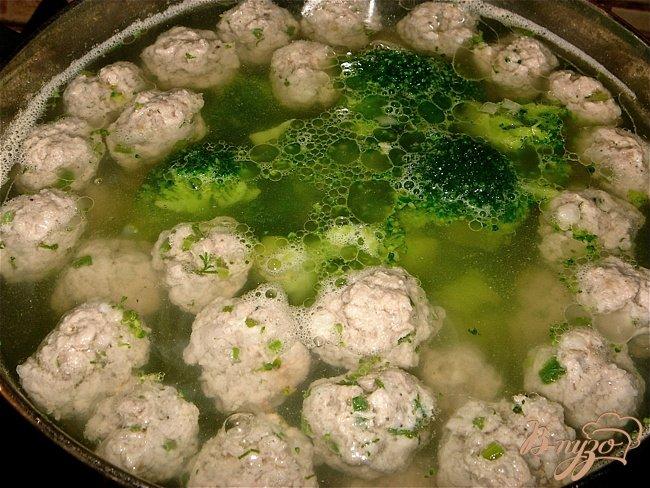 Фото приготовление рецепта: Суп с фрикадельками и брокколи шаг №3