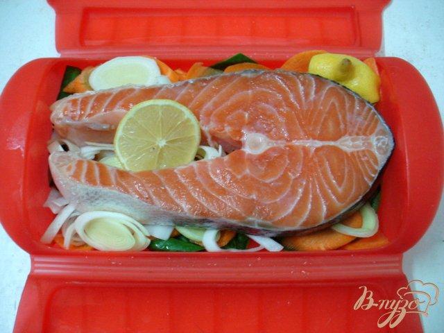 Фото приготовление рецепта: Лосось на овощной подушке шаг №5
