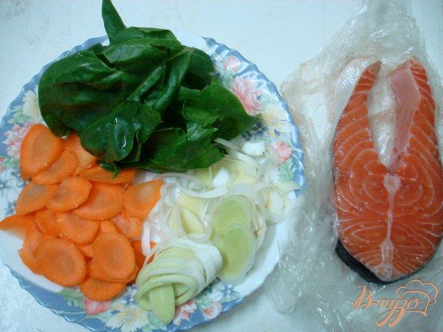 Фото приготовление рецепта: Лосось на овощной подушке шаг №1