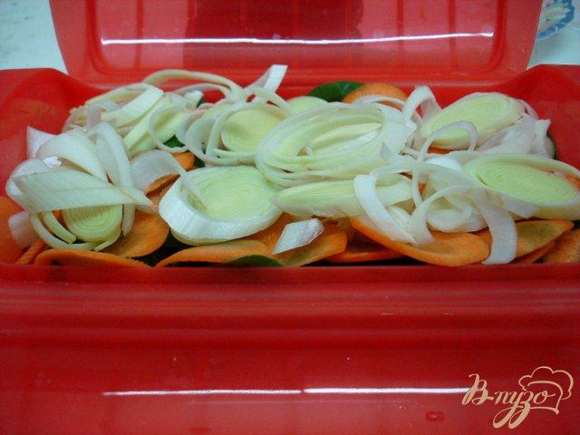 Фото приготовление рецепта: Лосось на овощной подушке шаг №4