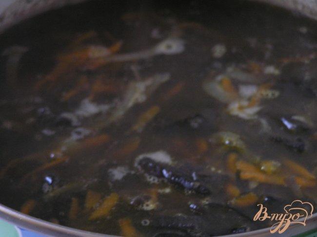 Фото приготовление рецепта: Грибной суп с перловой крупой шаг №6