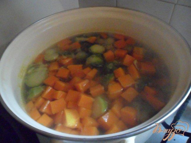 Фото приготовление рецепта: Похлёбка из тыквы и брюссельской капусты шаг №7
