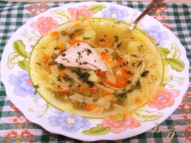 Фото приготовление рецепта: Куриный суп с лапшой и зеленым горошком шаг №5