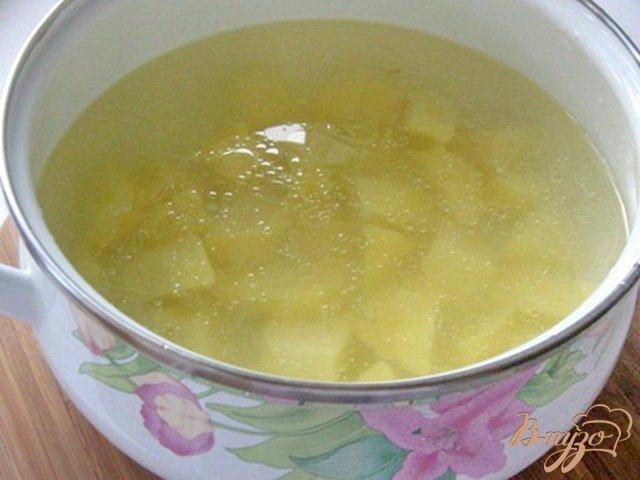 Фото приготовление рецепта: Куриный суп с лапшой и зеленым горошком шаг №3