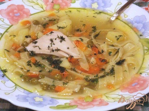 фото рецепта: Куриный суп с лапшой и зеленым горошком