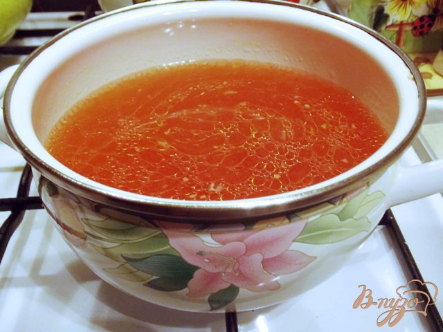 Фото приготовление рецепта: Томатный суп с курицей и вермишелью по-турецки шаг №4