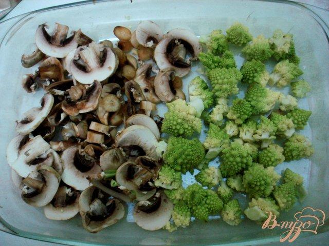 Фото приготовление рецепта: Суп с сырками, шампиньонами и капустой романеско шаг №2