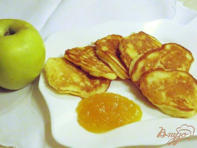 Фото приготовление рецепта: Оладьи с яблоками шаг №5