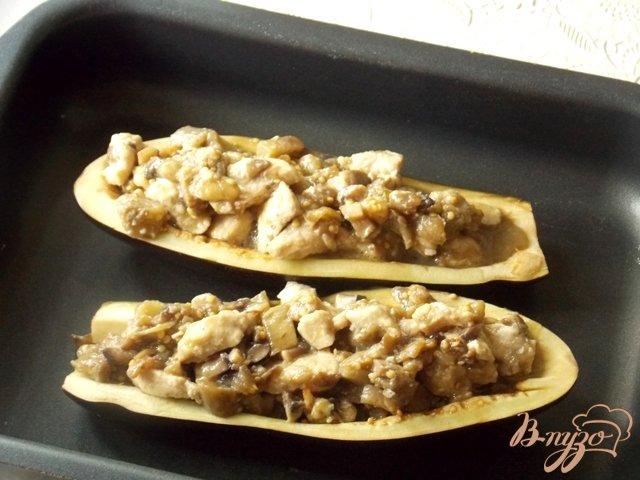 Фото приготовление рецепта: Баклажаны фаршированные курицей и грибами шаг №7