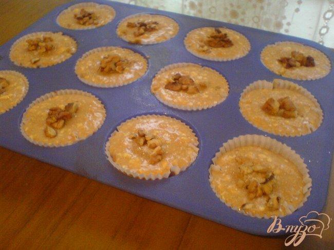 Фото приготовление рецепта: Тыквенные кексы с корицей и грецкими орехами шаг №5