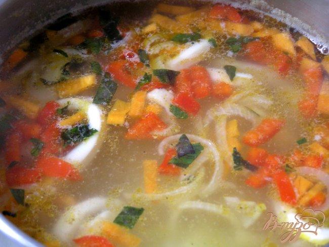 Фото приготовление рецепта: Суп с кальмарами и базиликом шаг №6