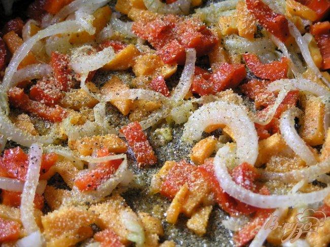 Фото приготовление рецепта: Суп с кальмарами и базиликом шаг №3