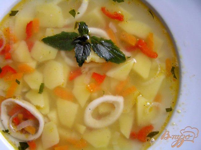Фото приготовление рецепта: Суп с кальмарами и базиликом шаг №7