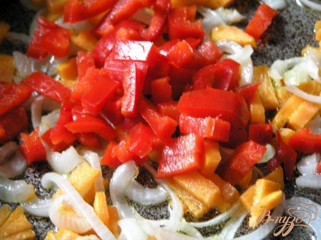 Фото приготовление рецепта: Суп с кальмарами и базиликом шаг №2
