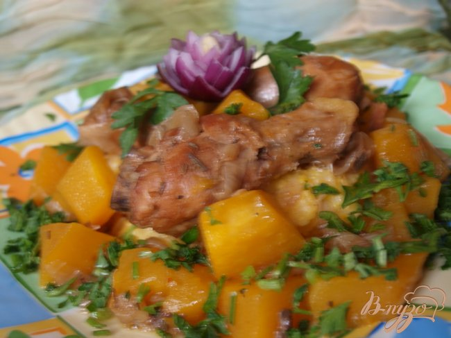 Фото приготовление рецепта: Тушеная пряная курица с тыквой шаг №4