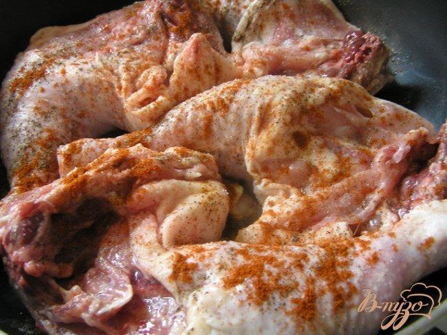 Фото приготовление рецепта: Курица с паприкой и базиликом шаг №2