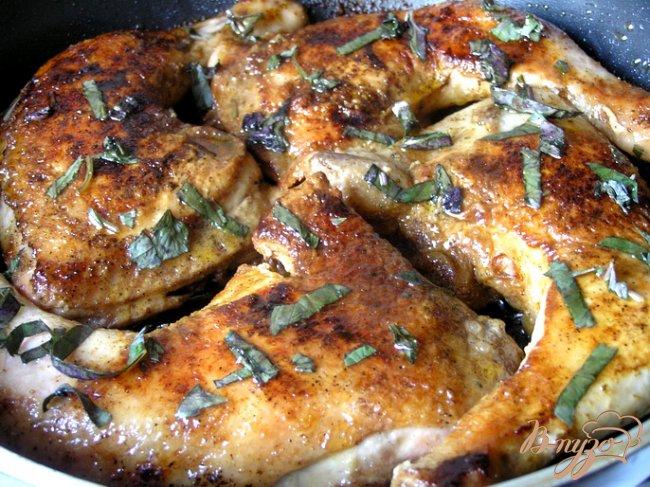 Фото приготовление рецепта: Курица с паприкой и базиликом шаг №5