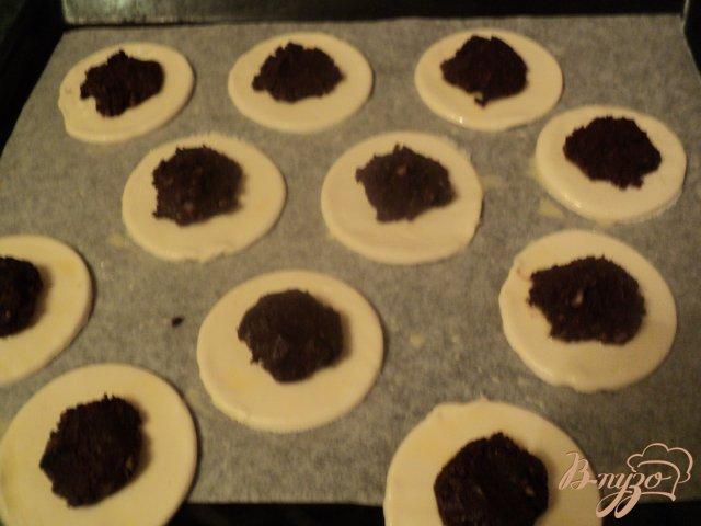 Фото приготовление рецепта: Питивье с шоколадно-миндальной начинкой. шаг №6